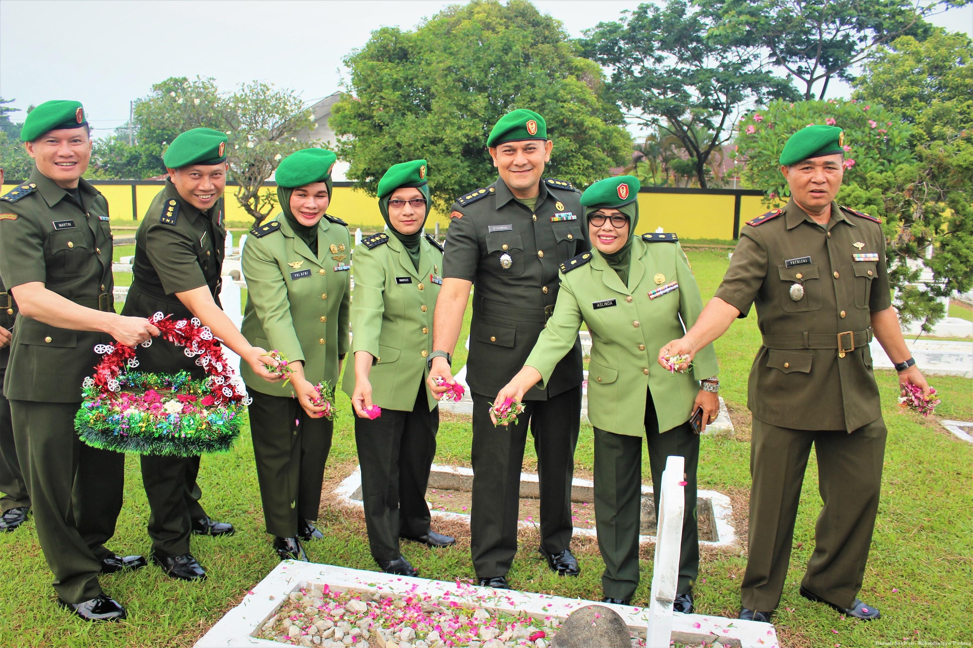 Ziarah Kubur dan Tabur bunga di Taman Makam Pahlawan Lolong Padang - (Ada 0 foto)